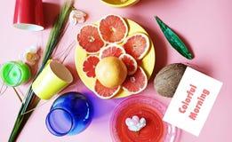 Le pamplemousse rouge de matin coloré découpe l'assiette creuse en tranches rose jaune rouge vert-bleu de plats de pulpe juteuse  photo libre de droits