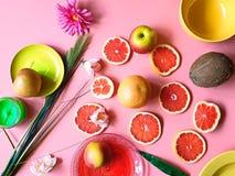 Le pamplemousse rouge de matin color? d?coupe l'assiette creuse en tranches rose jaune rouge vert-bleu de plats de pulpe juteuse  image libre de droits