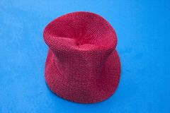 Le Panama rouge sur la table bleue de tennis Image stock
