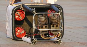 Le panier avec les brûleurs à gaz pour le ballon se trouve sur le grou Image stock