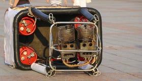 Le panier avec les brûleurs à gaz pour le ballon se trouve sur le grou Photos libres de droits