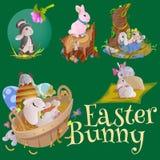 Le panier a décoré des oeufs de pâques sur l'herbe verte pour la célébration de vacances, lapins colorés Joyeuses Pâques de print Images libres de droits