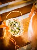 Le panier de fleur au mariage photographie stock