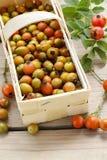 Le panier de la hanche rose porte des fruits sur la table en bois Photos stock
