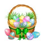 Le panier de Pâques avec la couleur a peint des oeufs de pâques sur le blanc