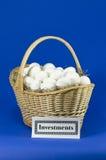 le panier eggs l'investissement Photographie stock libre de droits