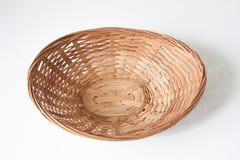 le panier en bois brun sur la terre blanche 2 Photos libres de droits