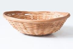 le panier en bois brun sur la terre blanche 3 Images stock