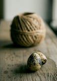 Le panier en bois a rempli d'oeufs des cailles Photos stock