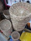 Le panier en osier de rotin est un article de ménage tel que la corbeille de fruits photo stock