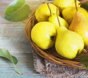 Le panier en osier des poires mûres, se ferment  Images stock