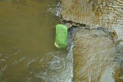 Le panier en plastique a rempli de poisson dans l'eau photo stock