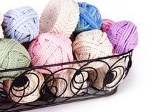 Le panier noir en métal rempli de cordes roumaines de crochet de macramé de dentelle de point dans diverses couleurs à employer f Photo stock