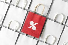 Le panier rouge de réutilisent le papier avec le connexion de pour cent une rangée des paniers blancs sur le fond gris Vendredi n Image libre de droits