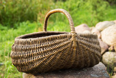 Le panier vide/a tressé le panier de panier sur la pelouse verte Image stock