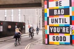 Le panneau d'affichage avec les mots soit mauvais jusqu'à ce que vous soyez bon Image libre de droits