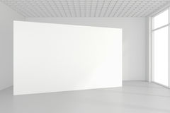 Le panneau d'affichage blanc vide dans la chambre vide avec de grandes fenêtres, raillent, le rendu 3D Photographie stock