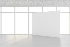 Le panneau d'affichage blanc vide dans la chambre vide avec de grandes fenêtres, raillent, le rendu 3D Photos stock