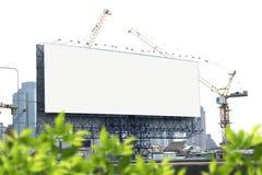 Le panneau d'affichage vide avec le camion de grue fonctionnent, les objets de bâtiment et de participation derrière le conseil e Photo stock