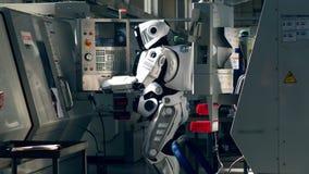 Le panneau de commande est contrôlé par un cyborg clips vidéos