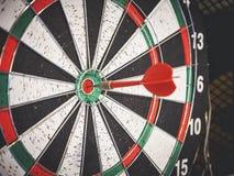 Le panneau de dard avec la flèche rouge a frappé le concept central de but de cible Image stock