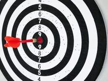 Le panneau de dard avec la flèche rouge a frappé le concept central de but de cible Photos stock