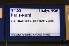 Le panneau de l'information de départ des thalys s'exercent sur la station centrale de Rotterdam à Anvers, à Bruxelles et à Paris photographie stock