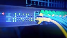 Le panneau de serveur de réseau avec le commutateur et la corde de correction câble dans la chambre de données Calculateur numéri banque de vidéos