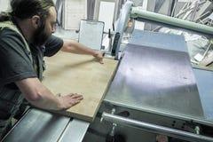 Le panneau en bois de sawing de travailleur a vu la machine pour l'usine de meubles Circulaire a vu Vue supérieure de lieu de tra Image stock