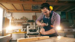 Le panneau en bois obtient coupé avec des outils de menuiserie banque de vidéos