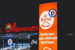 Le panneau invite les propriétaires de la voiture électrique à recharger leur vehic Image libre de droits