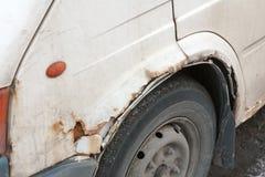 Le panneau latéral rouillé de la vieille voiture Images libres de droits