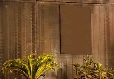 Le panneau rouillé vide vide de signe de brun en métal de vintage prêt pour que l'espace de copie écrive le message, a mis l'imag Photo stock
