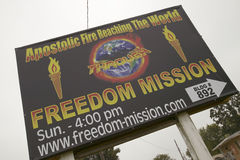 Le panneau routier apostolique du feu favorise des croyances chrétiennes de droite sur l'itinéraire 44 en Crawford County, Missou Photo libre de droits