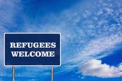 Le panneau routier avec le signe bienvenu de réfugiés Image libre de droits