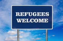 Le panneau routier avec le signe bienvenu de réfugiés Photo stock