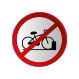 Le panneau routier circulaire de découpe a interdit l'aire de stationnement pour des bicyclettes Image stock
