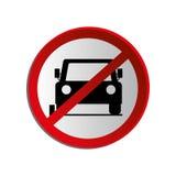 Le panneau routier circulaire de découpe a interdit l'aire de stationnement pour des voitures Photographie stock