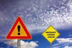 Le panneau routier d'attention avec la crise migratrice en avant Image libre de droits