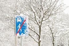 Le panneau routier et les arbres sont couverts de neige Hiver, froid Photos stock
