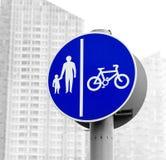 Le panneau routier a isolé l'itinéraire pour des cycles et des piétons de pédale Image stock