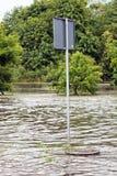 Le panneau routier a submergé dans les eaux d'inondation à Danzig, Pologne Images libres de droits