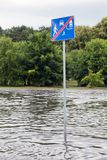 Le panneau routier a submergé dans les eaux d'inondation à Danzig, Pologne Photographie stock