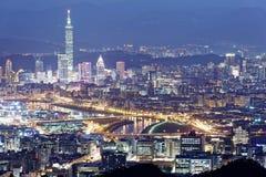 Le panorama aérien du centre ville de Taïpeh et les banlieues au crépuscule avec la vue de la rive de Keelung se garent Photos stock
