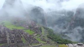Le panorama antique de site de ruine d'Inca de Peru Machu Picchu avec le matin opacifie banque de vidéos
