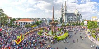 Le panorama chinois de festival de lanterne avec des personnes de milliers a marché dans des rues autour du rond point du centre Photographie stock libre de droits