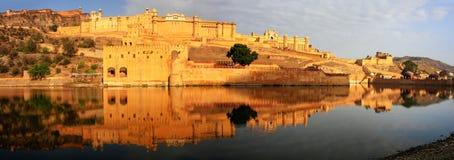 Le panorama d'Amber Fort s'est reflété dans le lac Maota près de Jaipur, rajah Photos stock