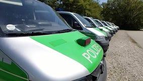Le panorama d'une rangée de Bavarois se garant, police verte allemande transporte Polizeibus Major Police Unit en fonction banque de vidéos