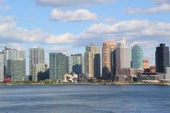 Le panorama de bord de mer de ville du Long Island aux chasseurs se dirigent dans le Queens Photo libre de droits