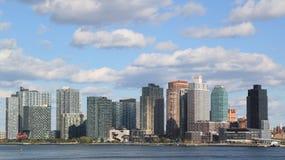 Le panorama de bord de mer de ville du Long Island aux chasseurs se dirigent dans le Queens Photos libres de droits